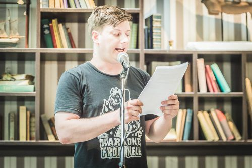 Unter den Teilnehmern des ersten Dialekt Slams in der Remise ist auch Andreas Vetsch aus der Schweiz. WhyT.org, Andreas Kolarik