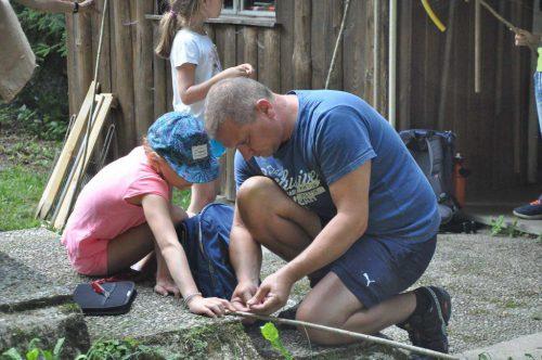 Väter und ihre Kinder hatten viel Spaß dabei, mit selbstgebastelten Angeln und eigenen Ködern Forellen zu fangen. familienverband