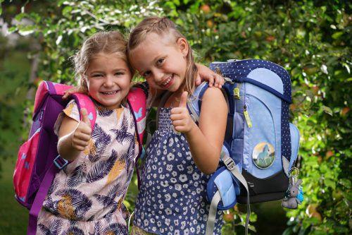 Valeria und Valentina gehen bestens vorbereitet in die erste Klasse der Volksschule Andelsbuch.L. Berchtold