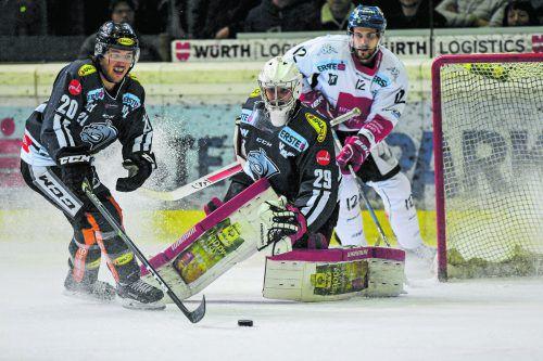 Wiedersehen heute in Innsbruck: Brian Connelly und Juha Rinne müssen Haie-Stürmer Andrew Yogan im Auge behalten.gepa