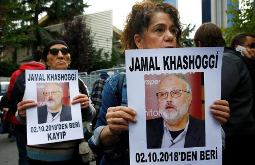 Aktivisten protestieren vor dem saudi-arabischen Konsulat in Istanbul. reuters