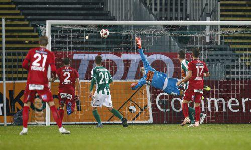 Altachs Stefan Nutz zirkelte den Freistoß ins Eck, nachdem Felix Luckeneder in der Mauer den Weg für den Ball freigemacht hatte und SVM-Keeper Markus Kuster mit einem Heber über die Mauer spekuliert hatte.gepa