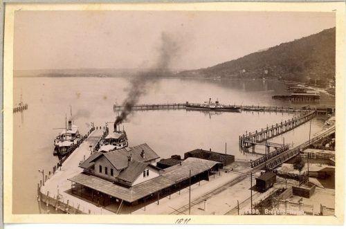 Aquarell von Egon Schiele auf Papier aus dem Jahr 1912, das den Bregenzer Hafen darstellt und Ansichten vom Bregenzer Hafen aus der Zeit bzw. ein paar Jahre zuvor. Archiv Natter Fine Arts