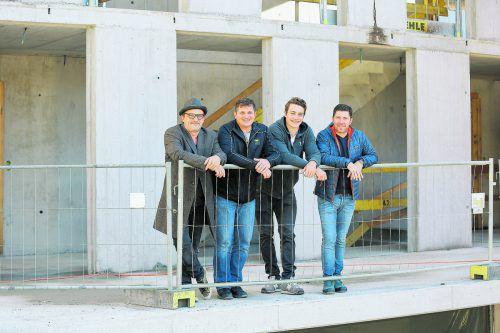 Arch. Stefan Burtscher, Bauleiter Stefan Sahler, Snowboardprofi Alessandro Hämmerle und Verkaufsleiter René Wilner von Hilti & Jehle genießen die Aussicht vom Vordach.