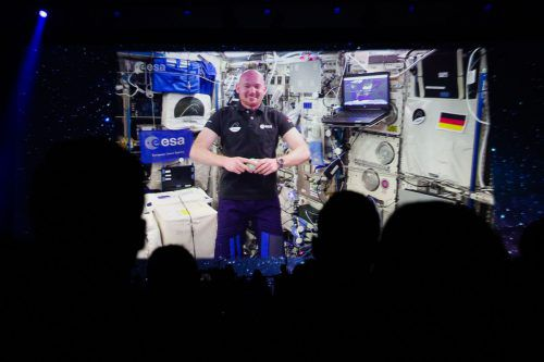 """Astronaut Gerst spricht regelmäßig mit """"Erdlingen"""" via Funk oder Video.AFP"""