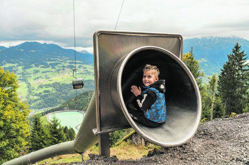 Auch bei unsicherer Wetterlage sorgen die geschlossenen Edelstahlrutschen für Vergnügen.Philipp Schilcher, Andreas Haller /Waldrutschenpark Golm