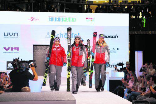 Auf dem Laufsteg. Katharina Liensberger (v.r.) präsentiert mit Anna Veith und Nicole Schmidhofer das neu Skioutfit.gepa