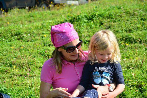 Auf der Alpe Oberüberlut schloss Sabine Zink schnell Freundschaft mit der vierjährigen Valentina Fink und den anderen Familienmitgliedern.orf