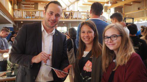 Banker Karl Mathis erklärt Leonie und Dana die Feinheiten des Bankwesens.