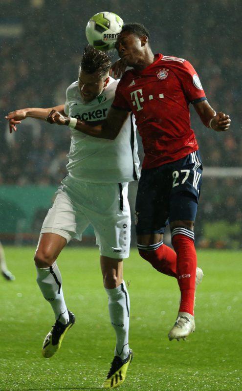 Bayerns David Alaba (r.) im Kopfballduell gegen Daniel Flottmann.afp