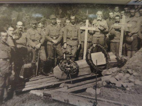 Beerdigung des Standschützen Anton Hagen. Die Kameraden erwiesen ihm fern der Heimat die letzte Ehre. Gemeindearchiv