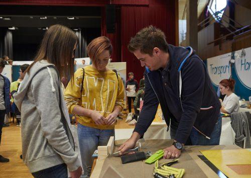 Beim Ausprobieren und in Gesprächen konnten sich Schüler und Eltern ein Bild von den verschiedenen Berufen machen.gemeinde