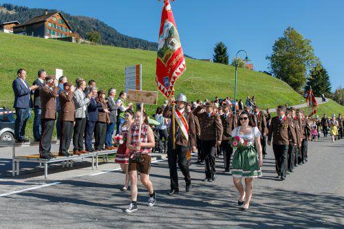 Beim Festumzug zeigte die Ortsfeuerwehr St. Gerold noch einmal Flagge. VLK