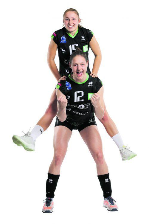 Beim Fotoshooting des UVC Graz vor Saisonbeginn nahm Ursula Erhart ihre engere Landsfrau Anna Oberhauser auf die Schultern.GEPA