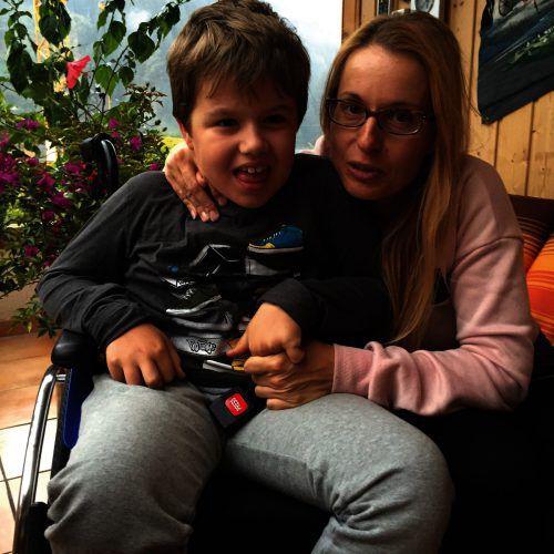 Bettina Fritz mit ihrem schwerkranken Sohn Benni. VN/kum