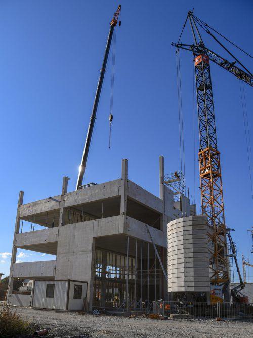 Grass investiert in den neuen Standort Hohenems – ins Hochregallager und eine Produktion sowie in den Maschinenpark.VN/Lerch