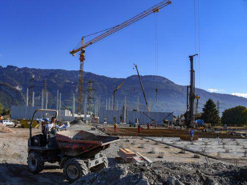 An der Großbaustelle der Grass GmbH in Hohenems geht es wieder weiter. Bauabschnitt 2 wird im Jänner verhandelt. VN/Lerch