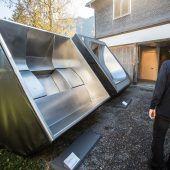 """<p class=""""infozeile"""">Blickfang beim Ausstellungsrundgang: Whirlpools aus Edelstahl mit den passenden Titeln """"Flow"""" und """"Lounge"""".</p>"""