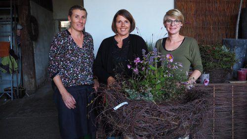 Chefin Annelies Kopf (l.) und ihre Mitarbeiterinnen Sonja und Veronika erklärten die naturnahe Bepflanzung am Friedhof.