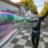 Mit Seifenblasen gegen Abschiebungen