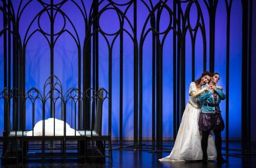 Das unglückliche Liebespaar Romeo (Nina-Maria Edelmann-Plangg) und Julia (Vera Schoenenberg).veranstalter