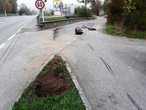 Das Verkehrszeichen wurde vom Pkw auf die Straße geschleudert. feuerwehr Hohenems
