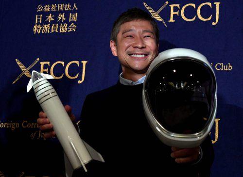 Den Helm für die Mondumrundung hält der japanische Weltraumtourist Yusaku Maezawa schon in Händen. AFP