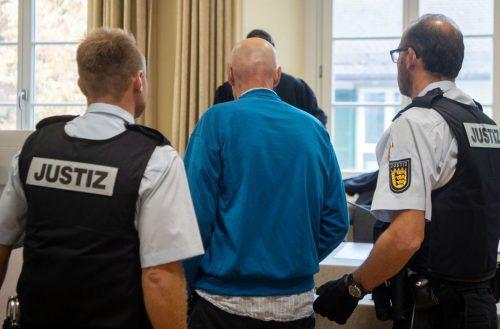Der 54-jährige Angeklagte wird in den Gerichtssaal geführt. dpa