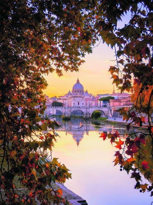 Der Blick über den Tiber auf den Petersdom ist nur einer der vielen schönen Ausblicke, die man überall in Rom erhaschen kann.