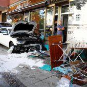 Auto fährt in Berlin in Menschengruppe: Fünf Verletzte