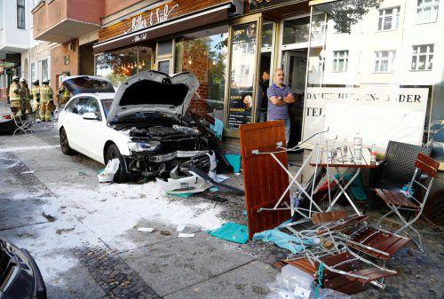 Der Fahrer fuhr auf den Bürgersteig und erfasste mehrere Menschen vor einem Café.
