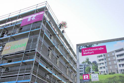 Der Firstbaum wird auf das fünfstöckige Holzgebäude aufgezogen.foto: rhomberg bau