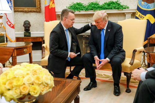 Der lange in der Türkei festgehaltene US-Pastor bedankte sich im Weißen Haus bei Trump für dessen Einsatz und sprach ein Gebet für den Staatschef. AFP