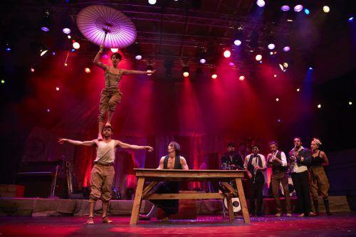 """Die australische Gruppe """"Scotch & Soda"""" begeistert mit fantastischer Akrobatik und Musik zum Saisonschluss im Freudenhaus in Lustenau. Phillipson"""