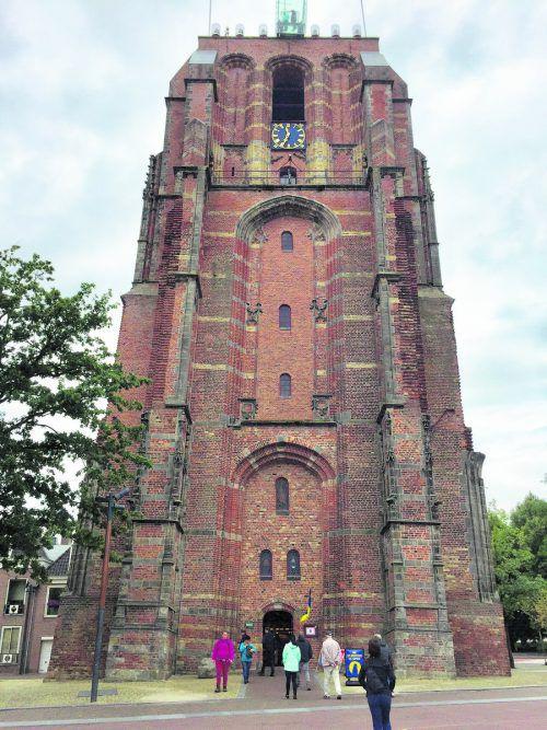 Die Bekanntheit des schiefen Turms in Pisa ist unerreicht. De Oldehove in Leeuwarden ist aber schiefer. Edith Rhomberg (4)