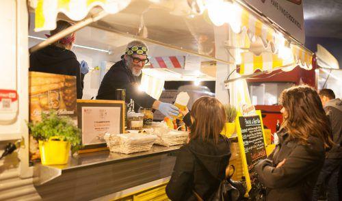 Die Besucher gönnen sich beim Street Food Festival Gerichte aus der ganzen Welt . VERANSTALTER
