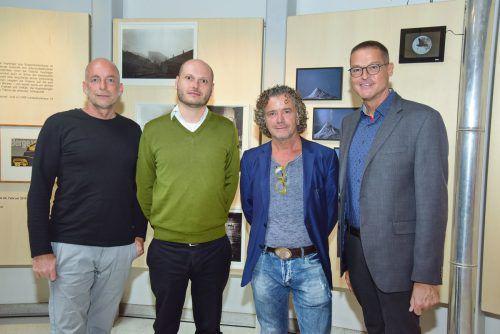 Die drei ausstellenden Künstler Markus Brenner, Florian Schwarz und Antonio Zecca mit LR Christian Bernhard. Werner Micheli