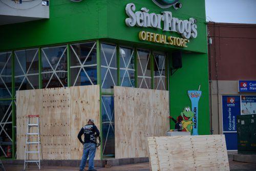"""Die Einwohner von Mazatlán schützen ihre Geschäfte vor Hurrikan """"Willa"""". AFP"""