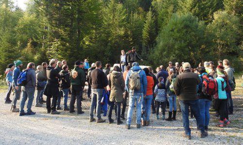 Die Exkursionsteilnehmer konnten viel Wissenswertes über das Wildtierleben im Großen Walsertal erfahren.