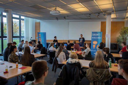 Die Jugendlichen sprachen mit Michael Prock über die Gate-Keeper-Funktion von Zeitungen, über Kontrolle der Macht und den Wert von Journalismus. VN/Paulitsch