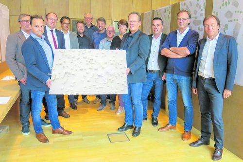 Die Jury des Architektenwettbewerbs präsentiert das Siegerprojekt.Foto: Rhomberg Bau