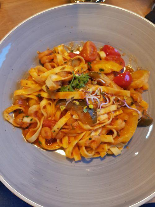 Die kleine Portion Tagliatelle Scampi mit Cherrytomaten und Zucchini.
