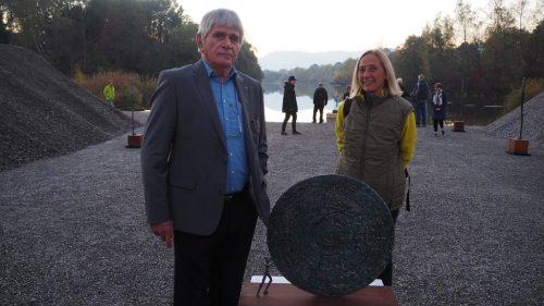 """Die Schweizer Künstlerin Carolyn Heer und ihr Gastgeber, der Galerist Werner Kopf, in der """"Galerie im Kies"""" am Alten Rhein.Christof Egle"""