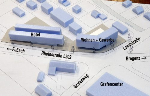 Die Situierung der künftigen Baukörper an der Kreuzung der L 202 mit der Landstraße an der westlichen Ortseinfahrt von Hard. AJK