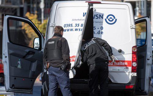 Die Täter haben die hintere Tür aufgebrochen und sind mit dem Geld geflüchtet. dpa