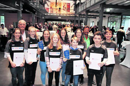 Die Teams des Sportgymnasiums Dornbirn (mit Direktor Josef Spiegel) und des BRG/BORG Dornbirn-Schoren (mit Direktor Reinhard Sepp) triumphierten bei der Badminton-Bundesmeisterschaft. WAM