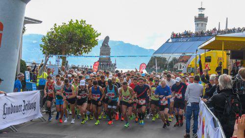 Die Uhren einstellen heißt es jeweils beim Startschuss zum Sparkasse-3-Länder-Marathon am Lindauer Hafen.VN-Lerch