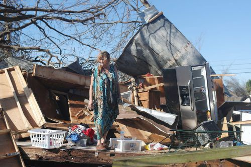 """Diese Frau steht in Panama-City vor den Trümmern ihres Hauses. Hurrikan """"Michael"""" hat mit heftigen Winden und meterhohen Wellen für Verwüstungen gesorgt."""