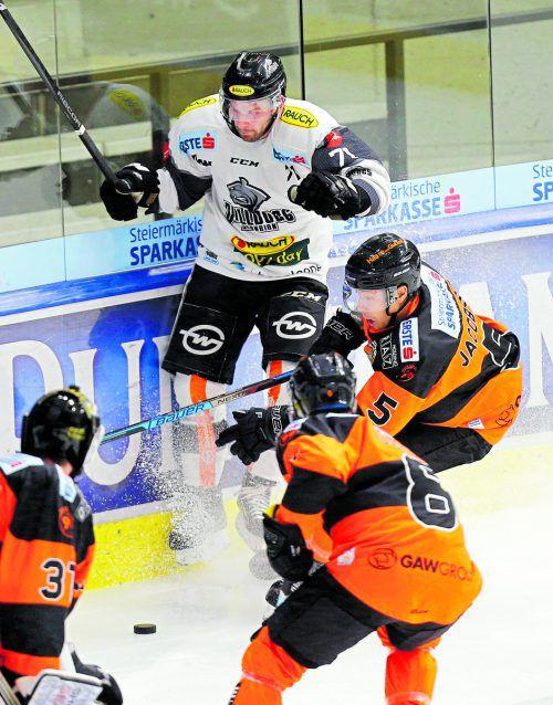 Dornbirn-Stürmer Kevin Macierzynski (hinten) wird von den Graz-Verteidigern Robin Jakobsson (r.) und Matthew Caito gestoppt. gepa