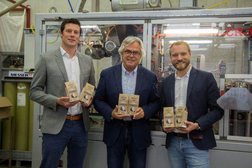 Dreigespann mit ihrem neuen Produkt (v. l.): Armin Preßler, Alpla, Kaffeeröster Peter Amann und Sebastian Meyer, Golden Compound. VN/Paulitsch